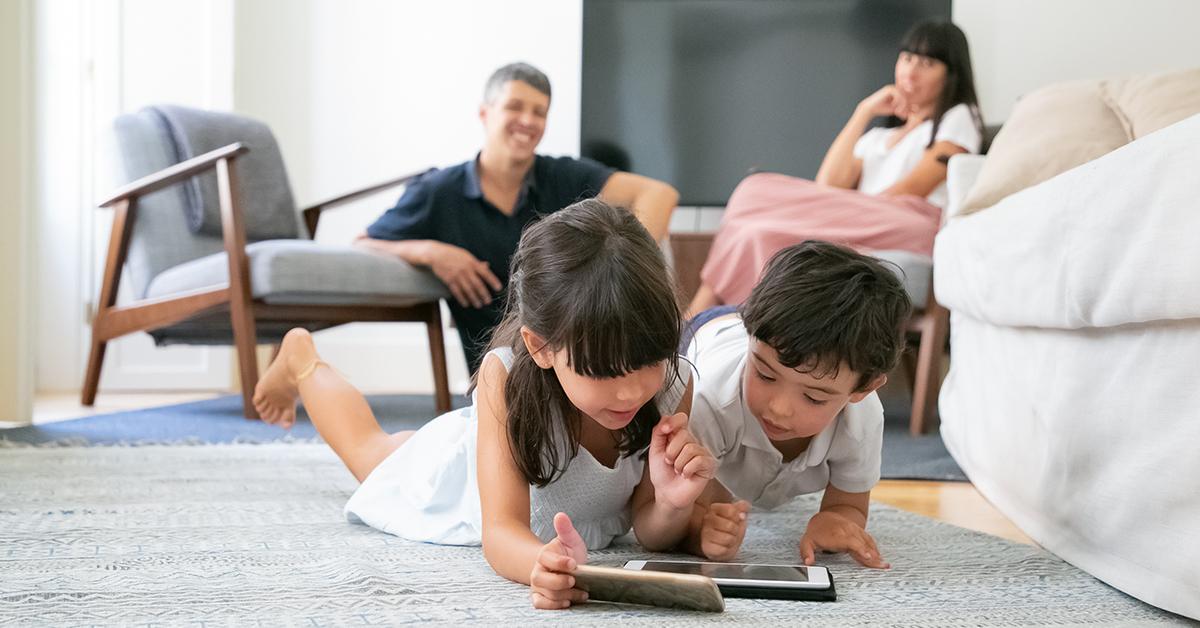 Деца играят на смартфон